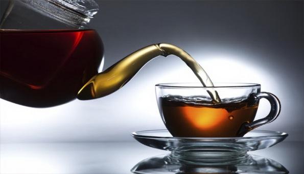 tuang teh kedalam cangkir