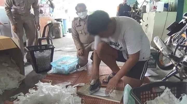Seorang Oknum melakukan proses daur ulang masker
